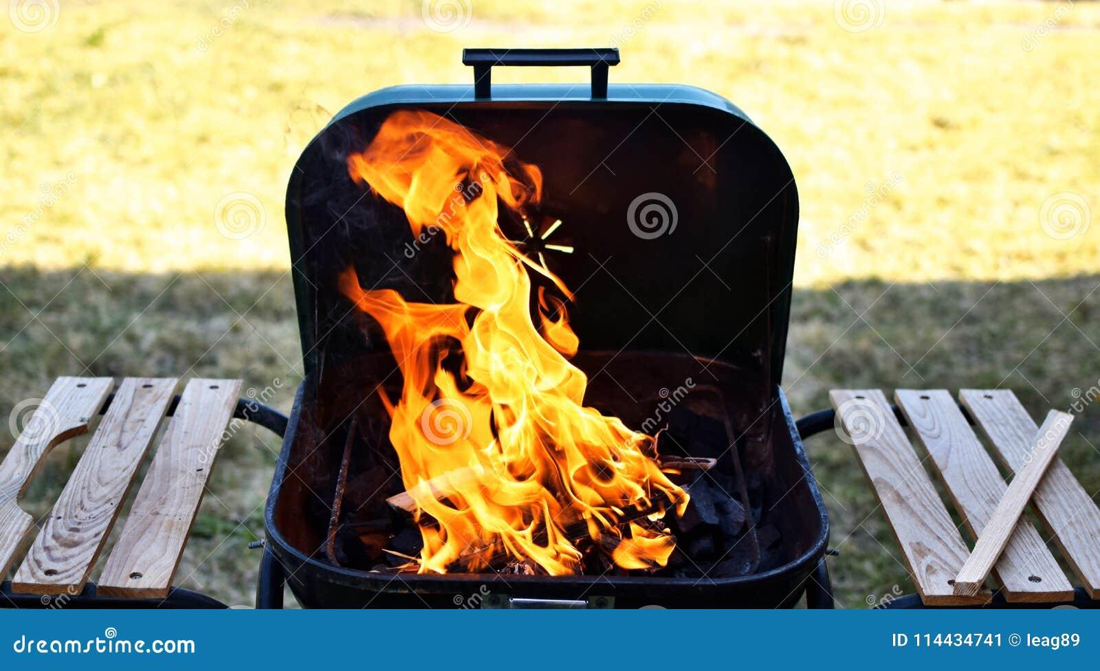 Pusty płomienny grill z otwierał ogień