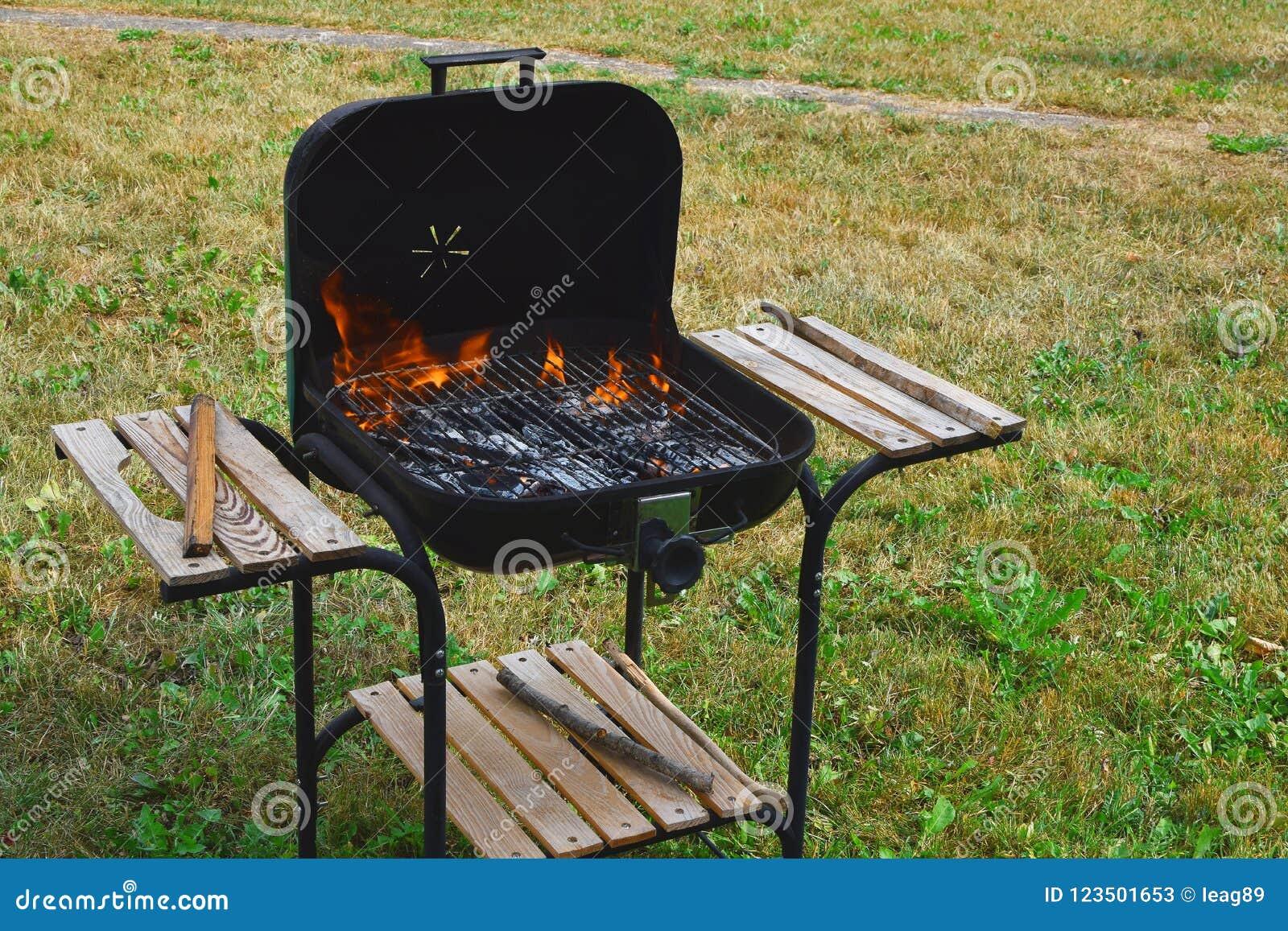 Pusty płomienny węgiel drzewny