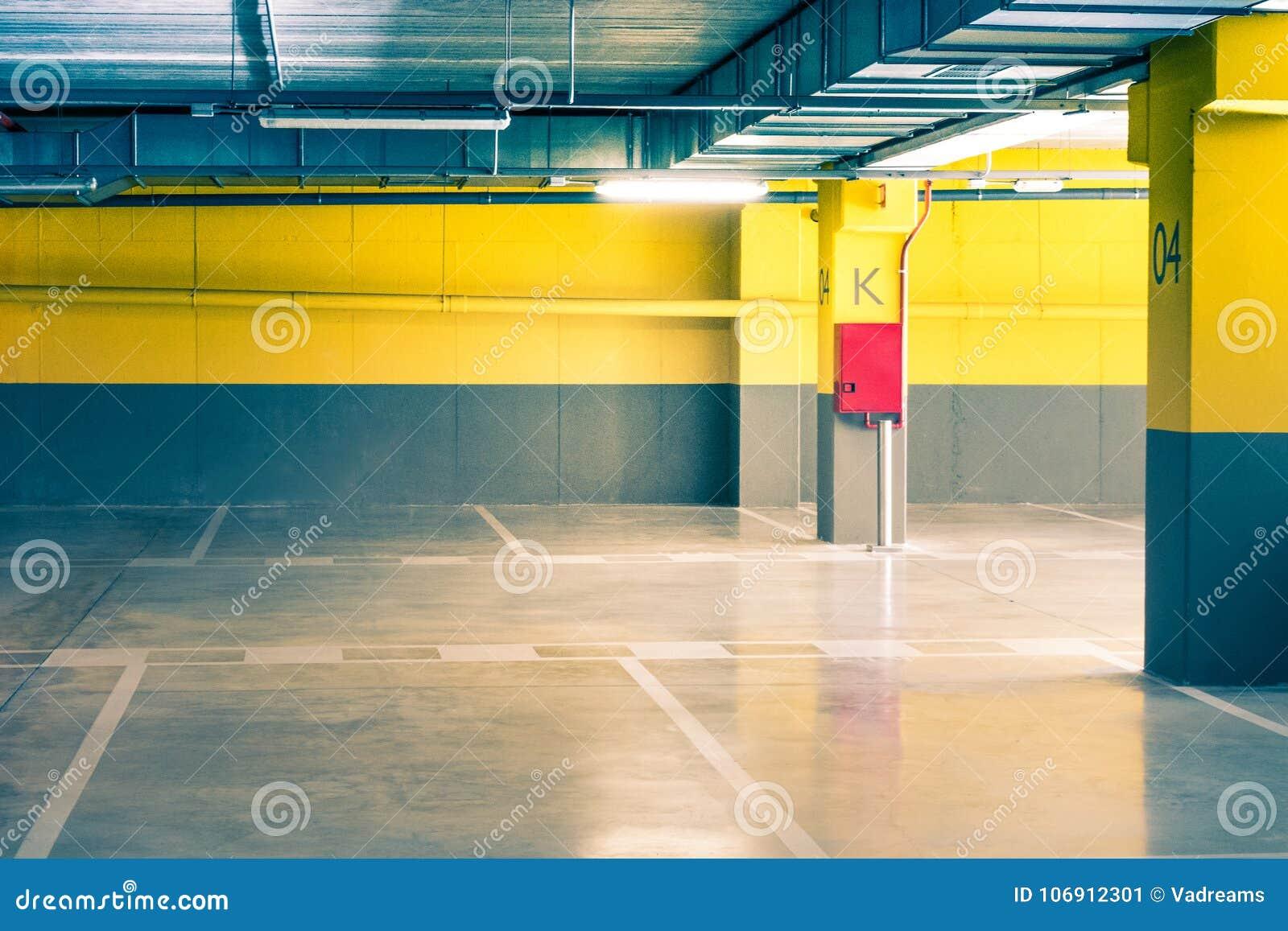Pusty parking podziemnego garażu wnętrze w mieszkanie domu w supermarkecie lub