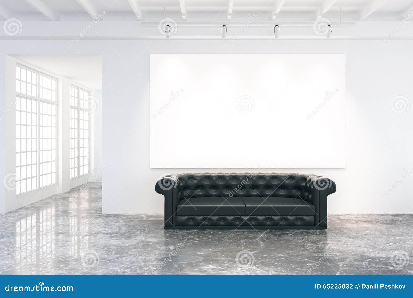 Pusty plakat na ścianie w loft pokoju z czarną rzemienną kanapą