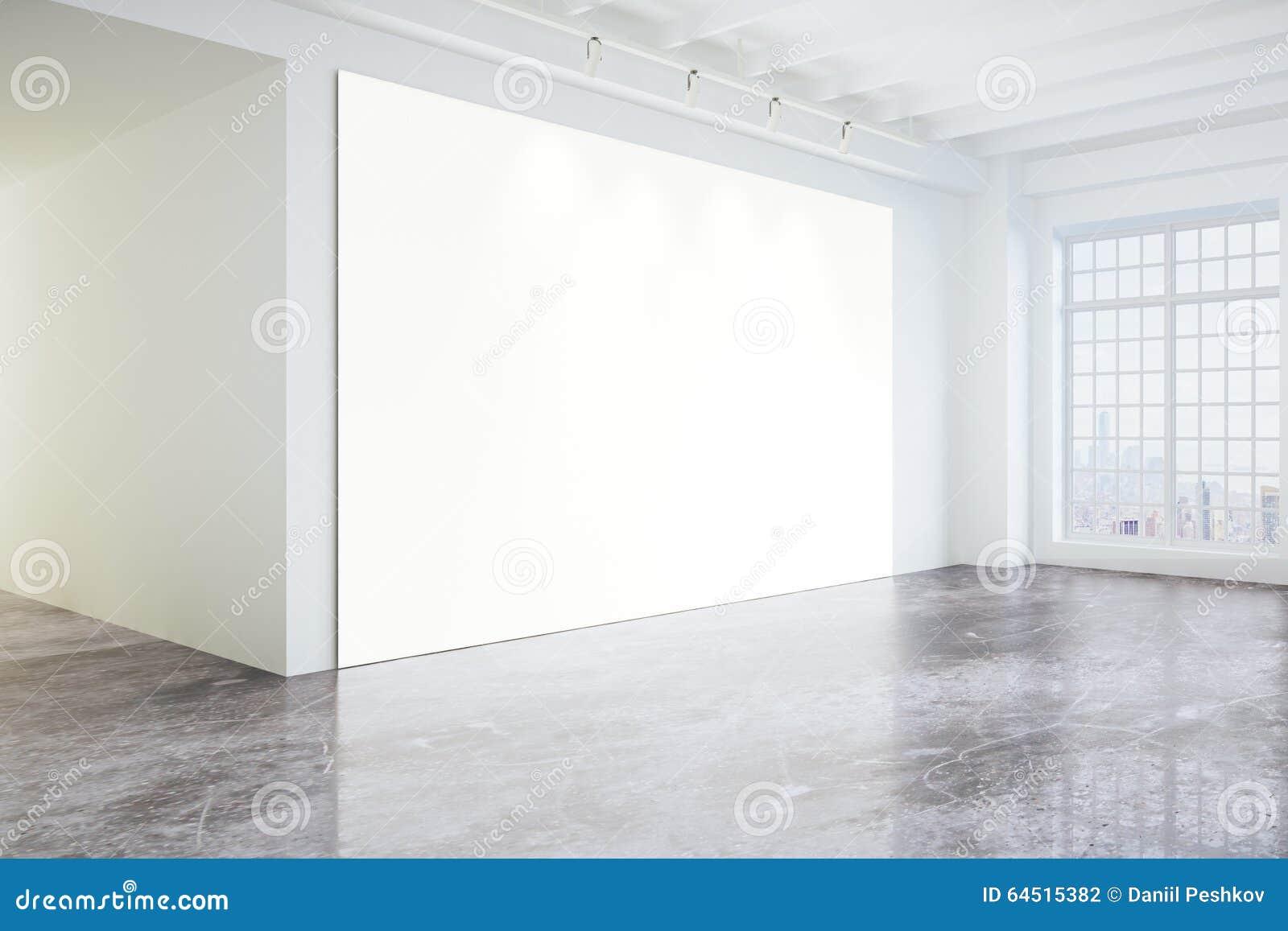 Pusty plakat w lekkiej nowożytnej loft galerii z dużymi okno i c