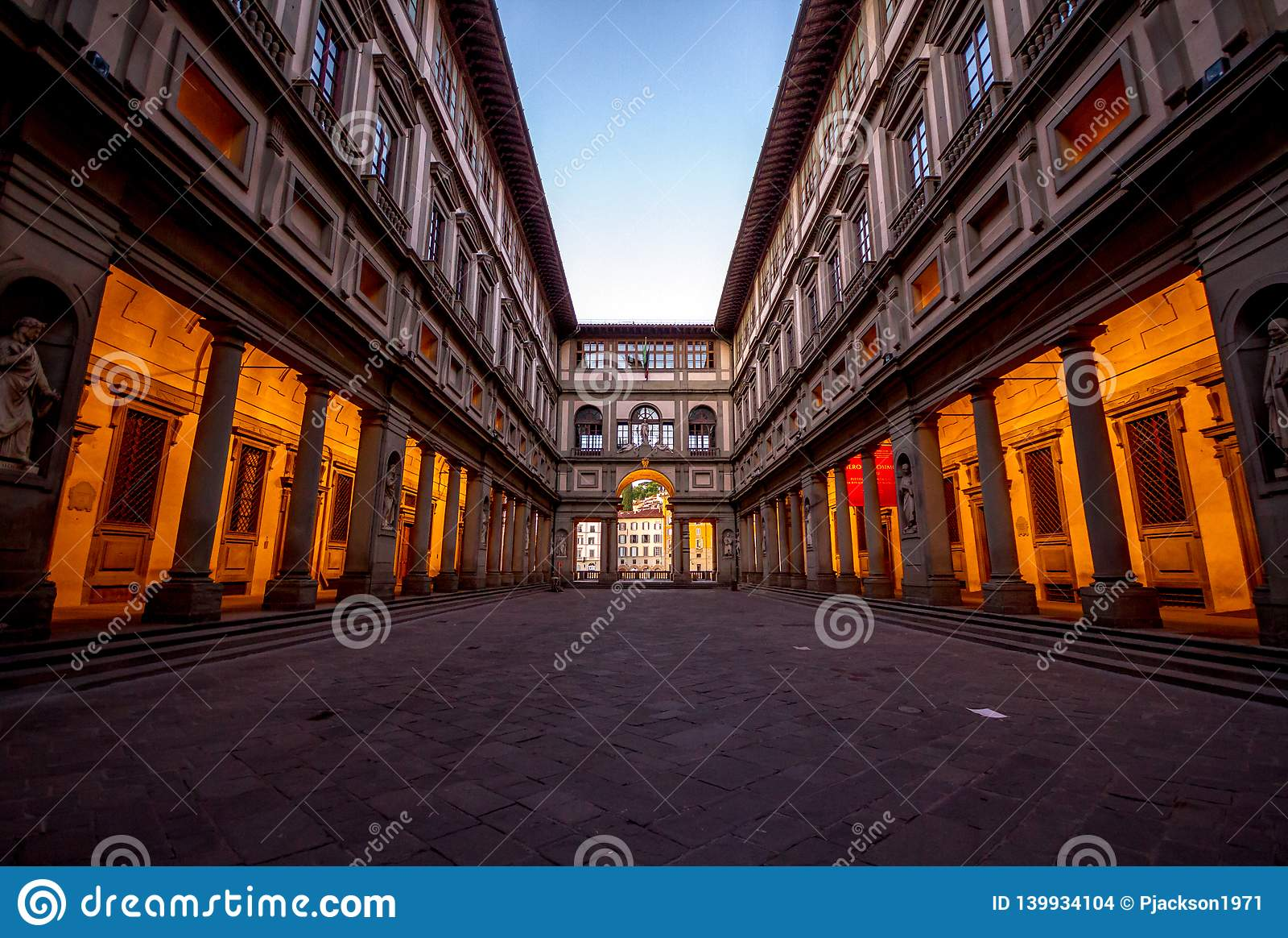 Pusty podwórze Uffizi muzeum w Florencja, Włochy przy wschód słońca