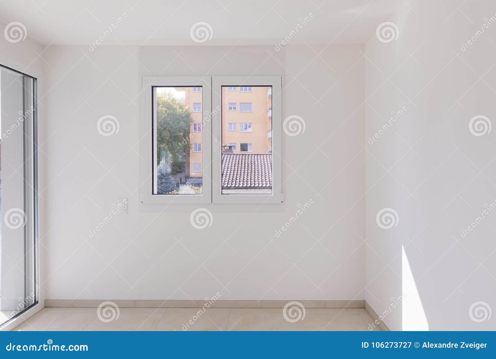 Pusty pokój, czołowy widok z okno