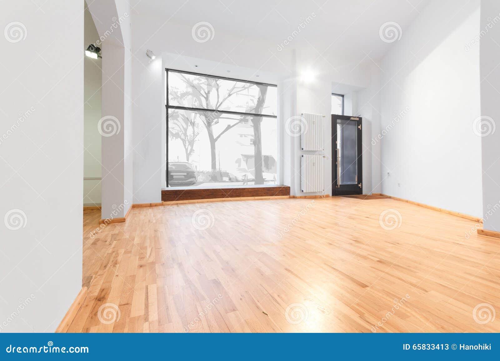 Pusty pokój niedawno odnawiący - przechuje, sklep z drewnianą podłoga/i