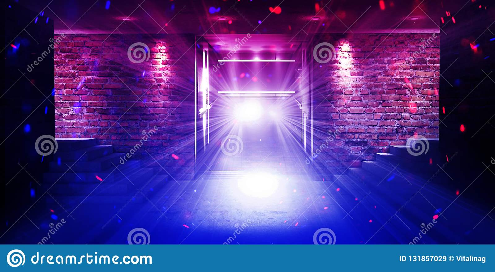 Pusty pokój z ścianami z cegieł i betonową podłogą Pusty pokój, schodki w górę, winda, dym, smog, neonowi światła, lampiony