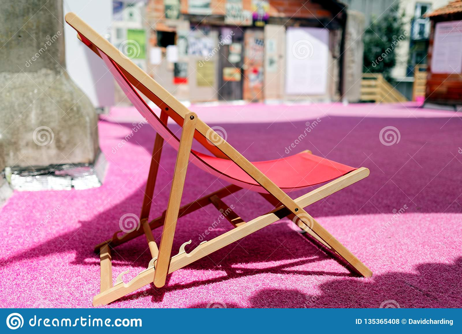 Pusty pokładu krzesło na menchii powierzchni