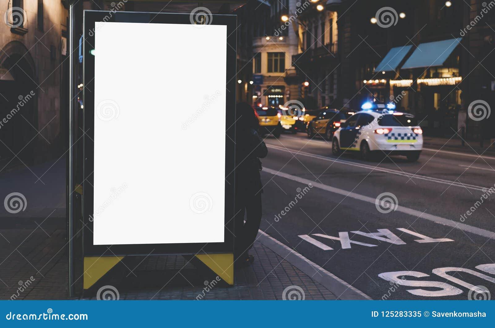 Pusty reklamowy lekki pudełko na autobusowej przerwie, mockup pusty reklama billboard na noc przystanku autobusowym, szablonu szt