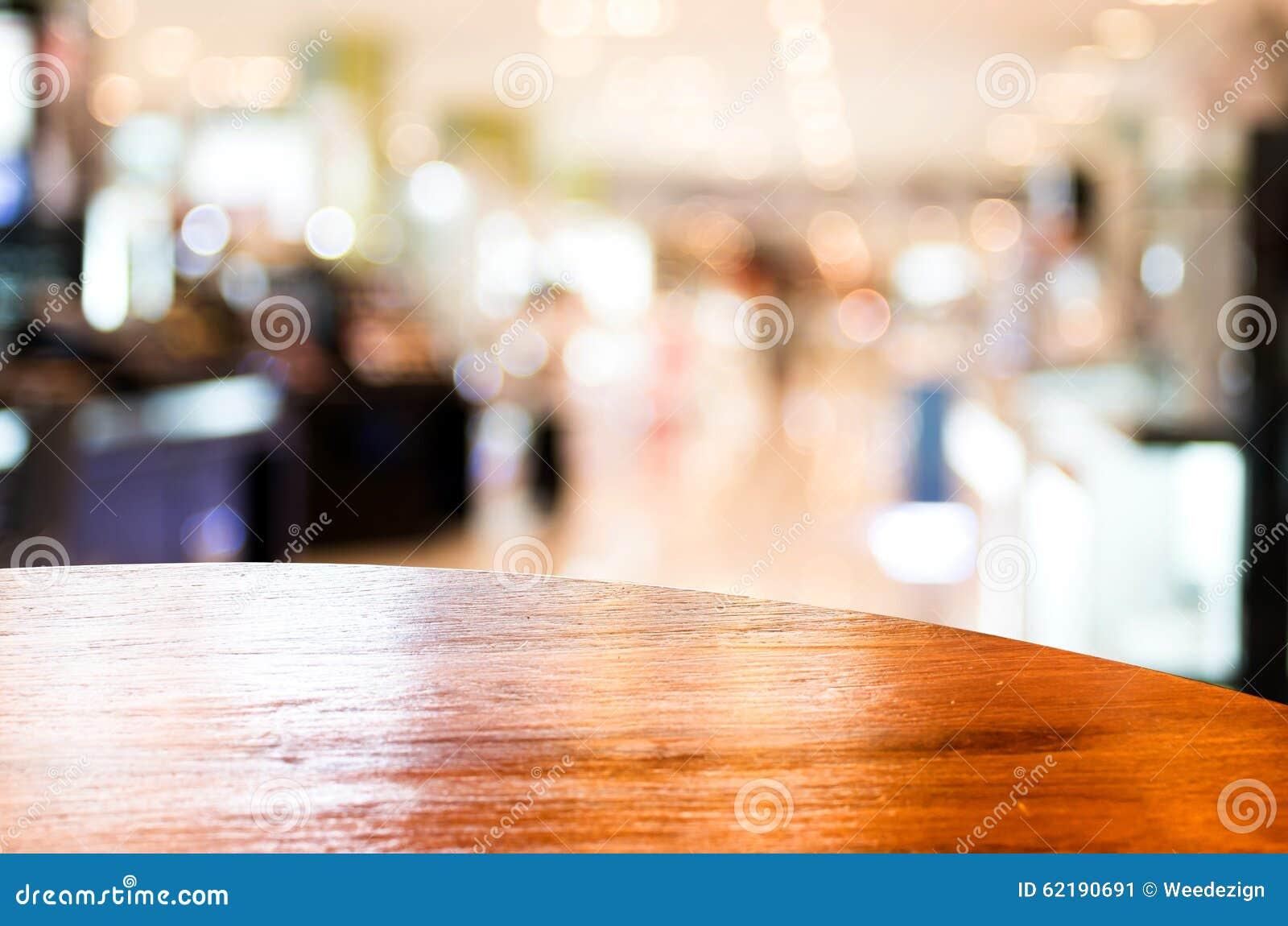 Pusty round stołowy wierzchołek przy sklep z kawą zamazywał tło z bokiem