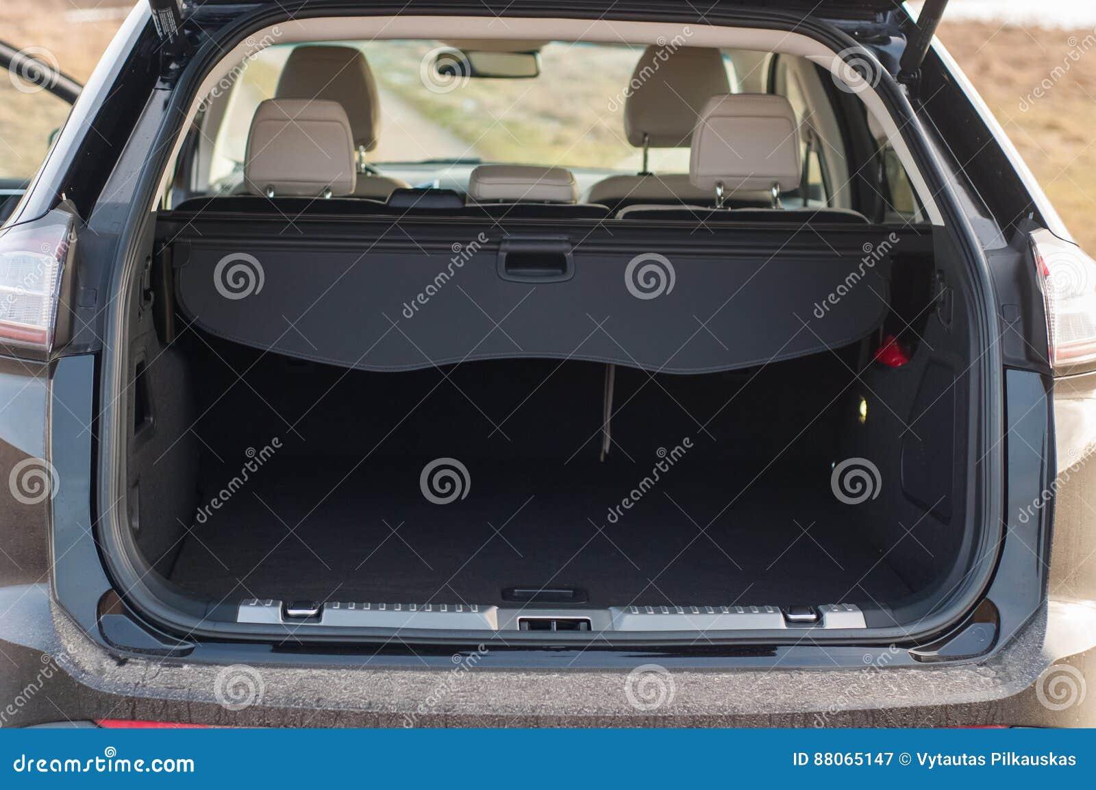 Pusty samochodowy bagażnik