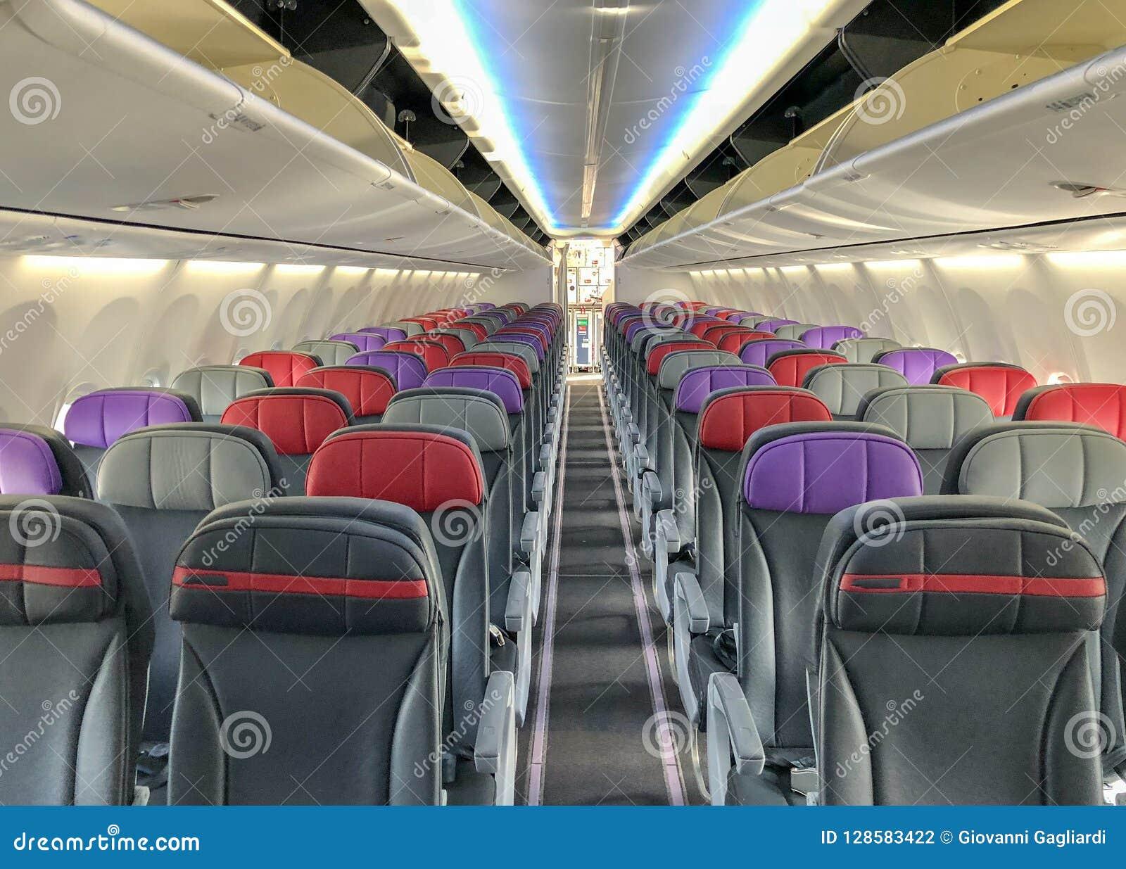 Pusty samolot z siedzeniami i okno
