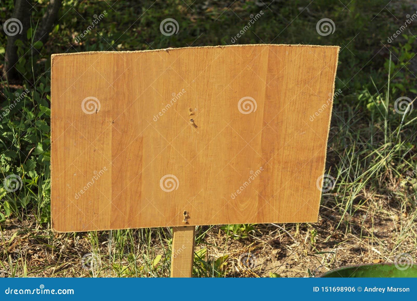 Pusty signboard plenerowy z kopii przestrzenią dla teksta Drewniany sztandar
