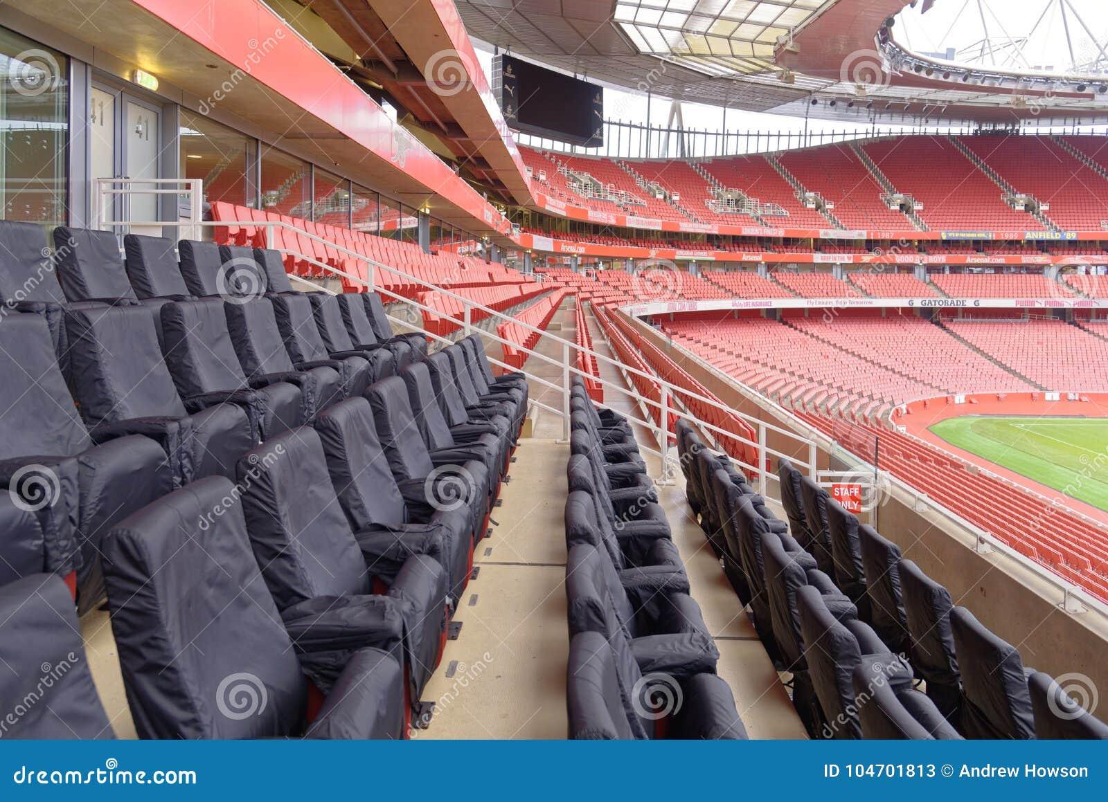 Pusty sporta stadium z czerwonymi siedzeniami