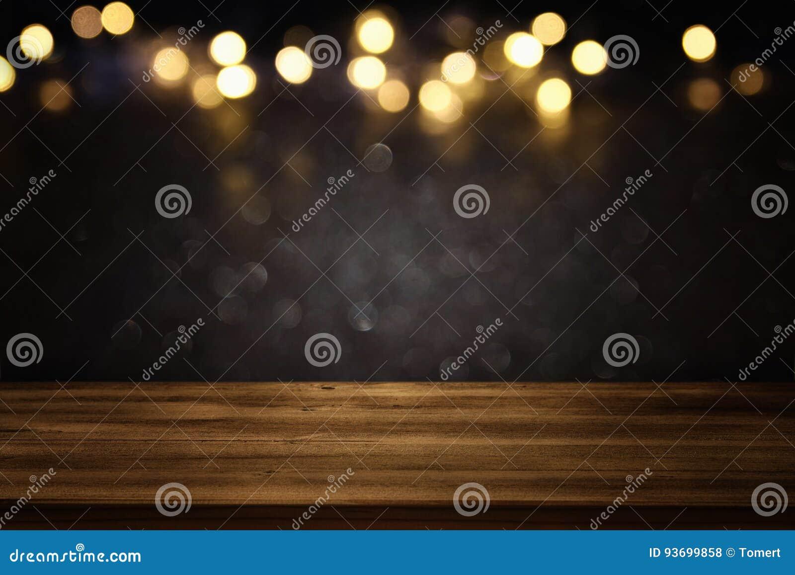 Pusty stół przed czernią i złocistą błyskotliwością zaświeca tło