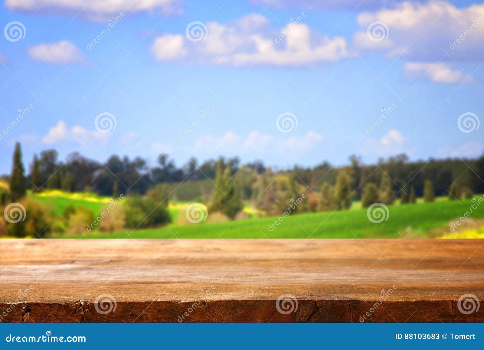 Pusty wieśniaka stół przed wsią