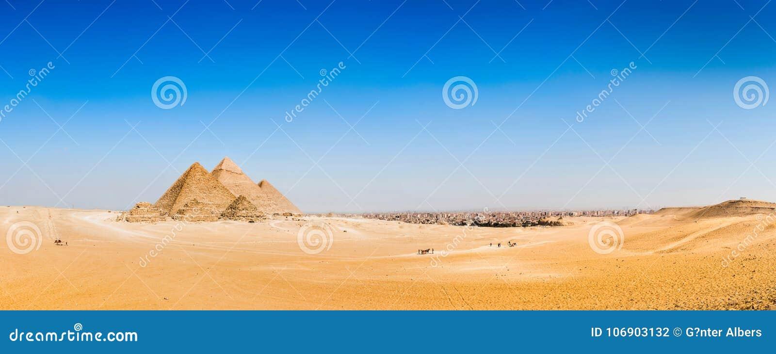 Pustynia z wielkimi ostrosłupami Giza