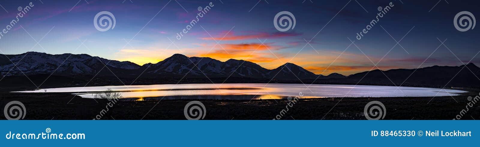 Pustynny jezioro, zalewający playa przy zmierzchem z pasmami górskimi i kolorowe chmury,