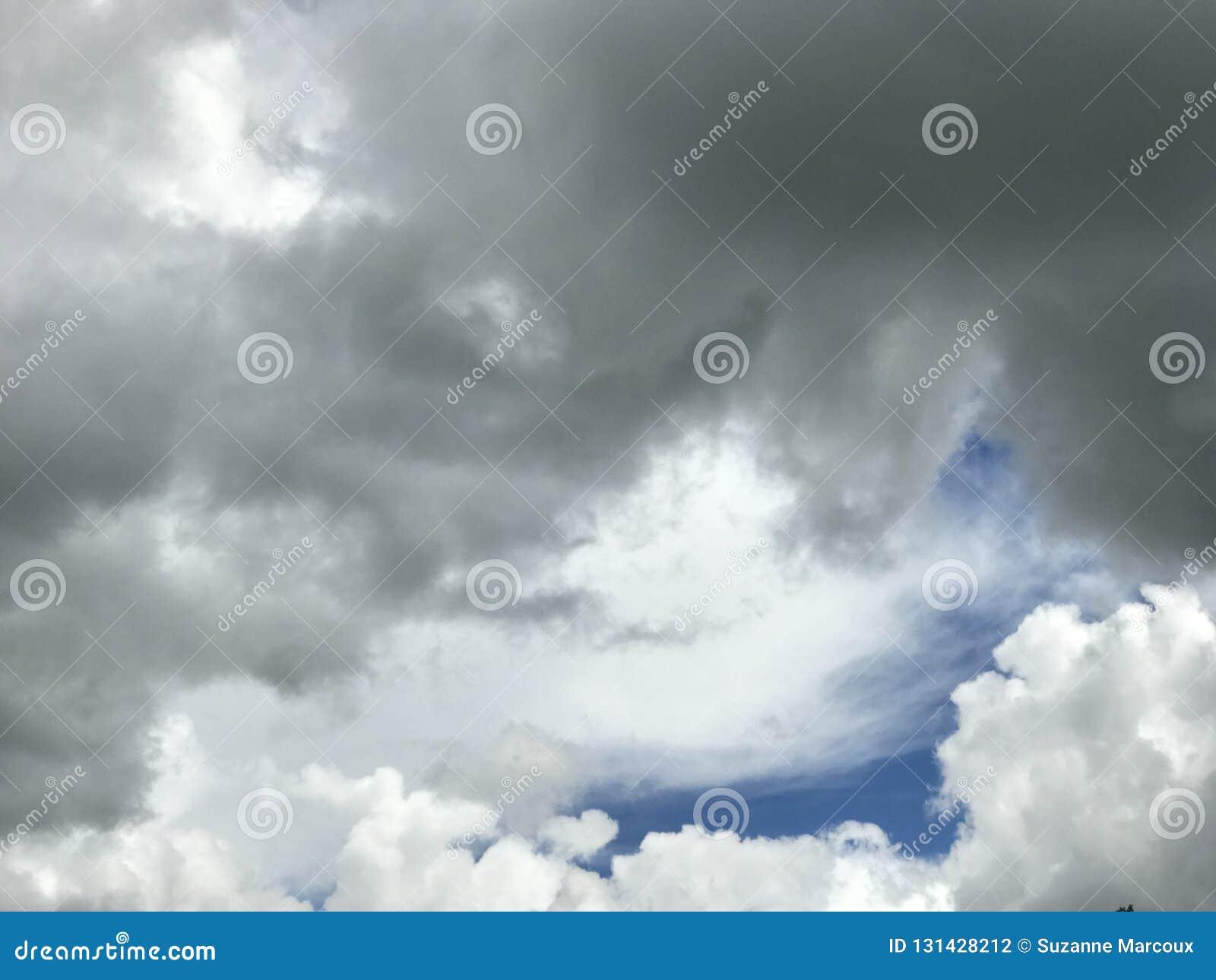 Puszyste chmury Przed Kanadyjską Preryjną ulewą