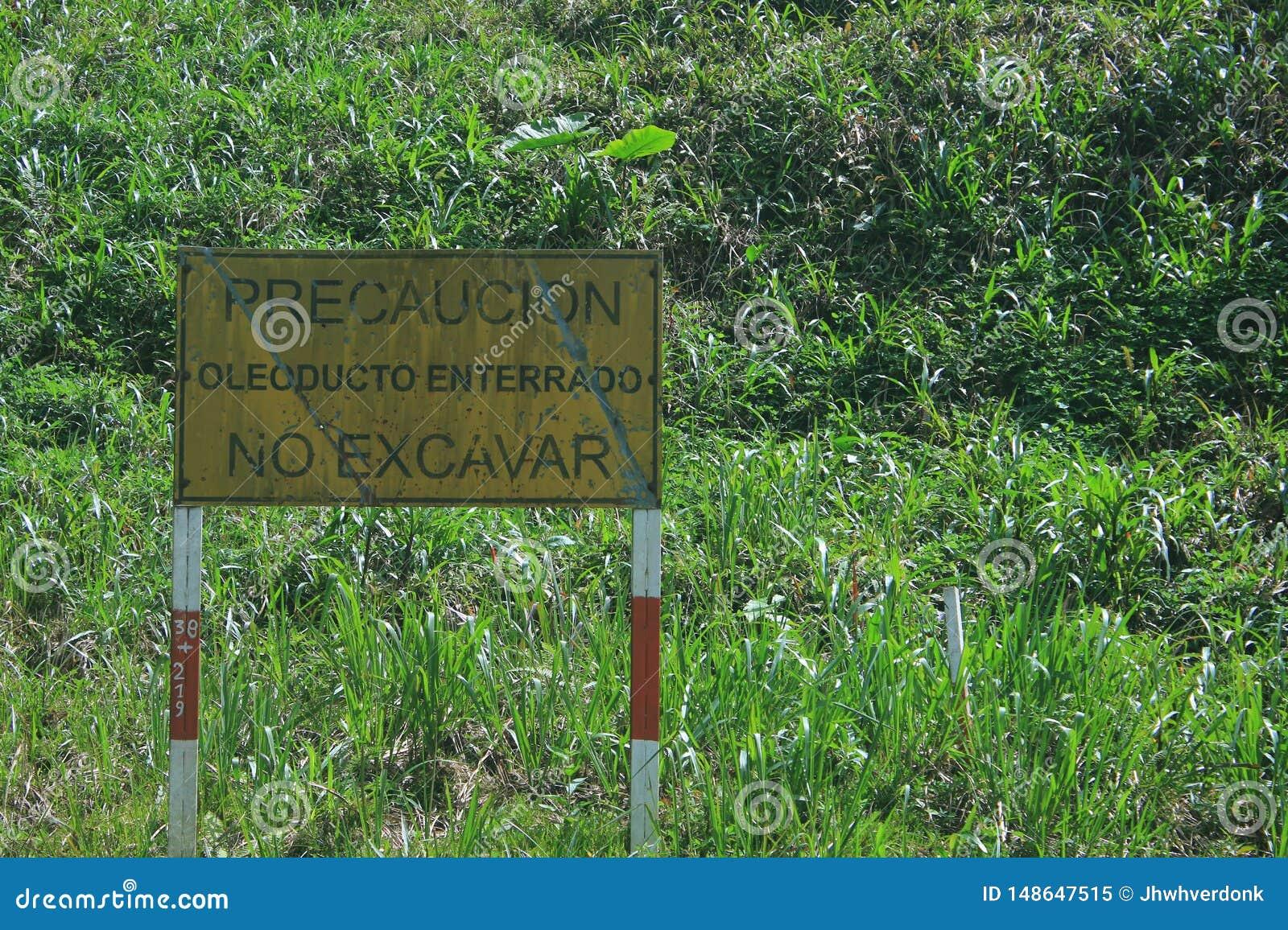 Puyo, Ecuador, 24-5-2019: Zeichen, das, um warnt nicht wegen des ?lrohrgeschenkes hier zu graben