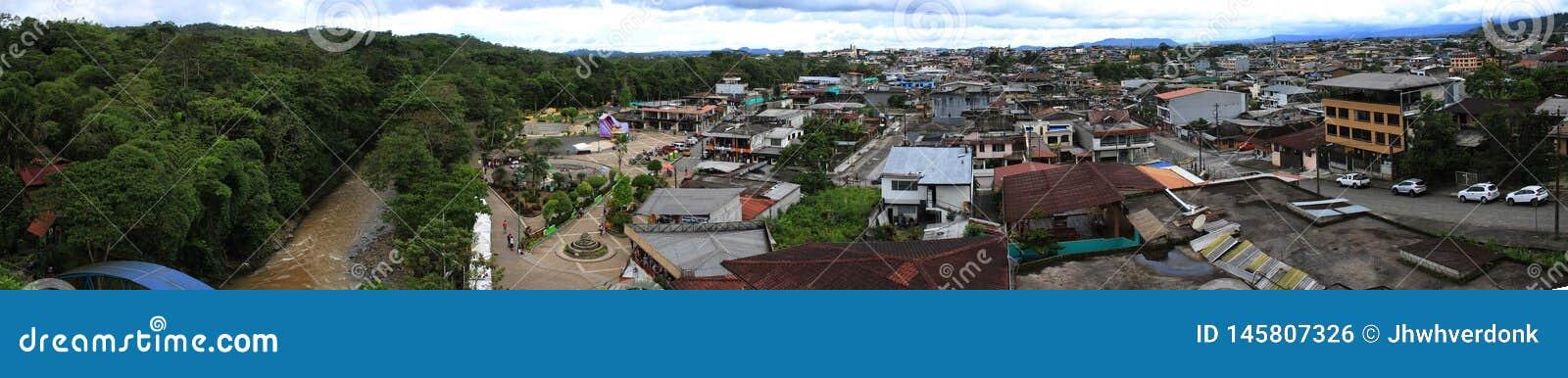 Puyo, Equador, 22-4-2019: Vista panorâmica do lobrero o quadrado principal da cidade e da selva