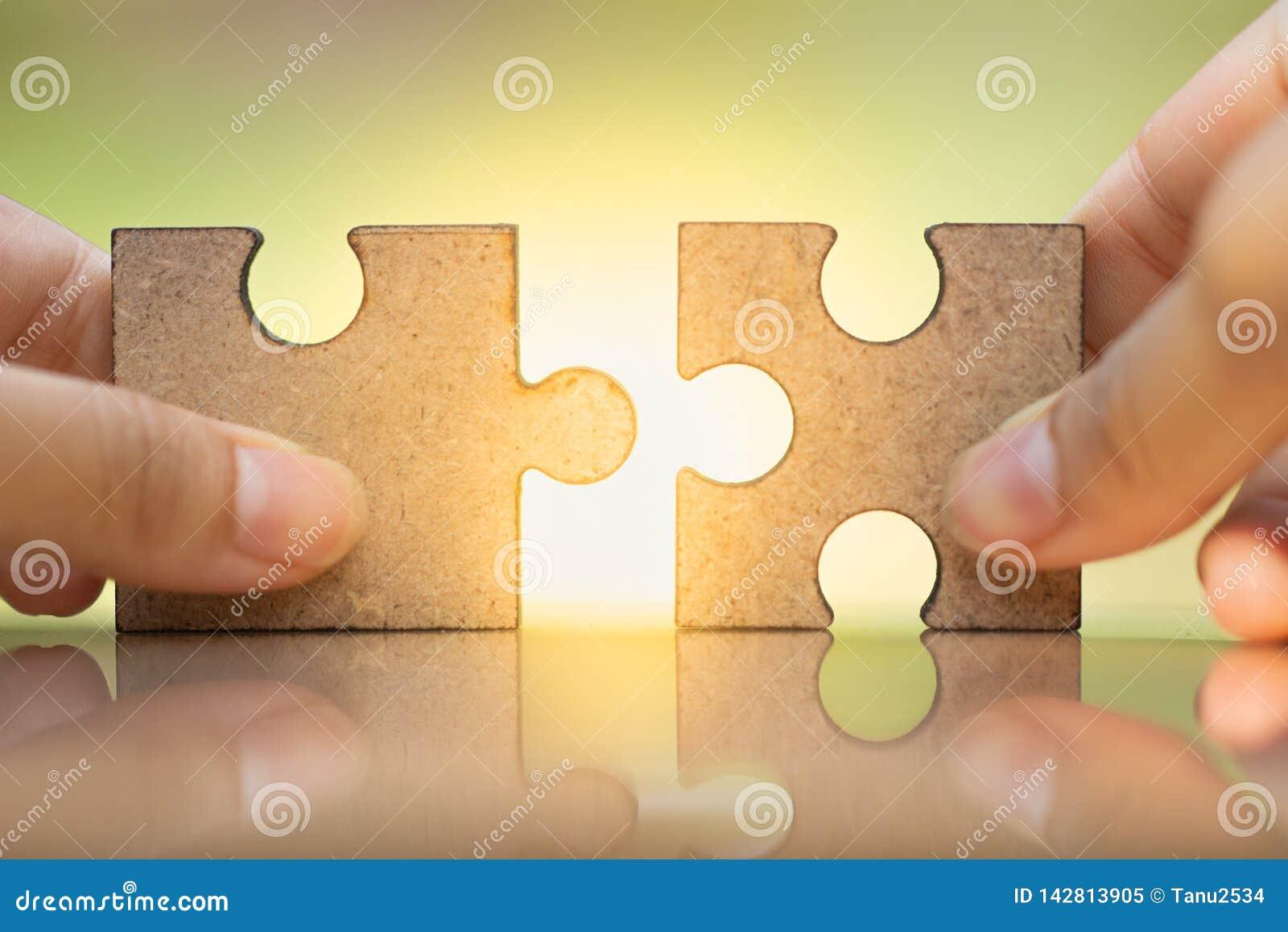 Puzzle della tenuta e di collegamento della mano della donna