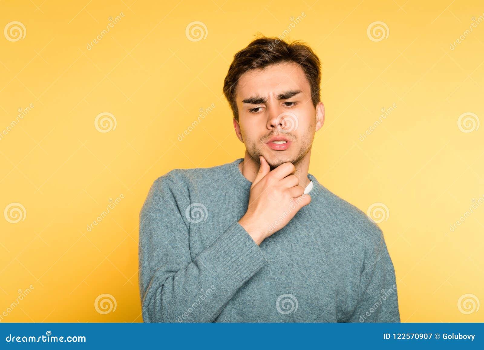 Puzzled förbryllade sinnesrörelse för skägg för manfunderareskrapa