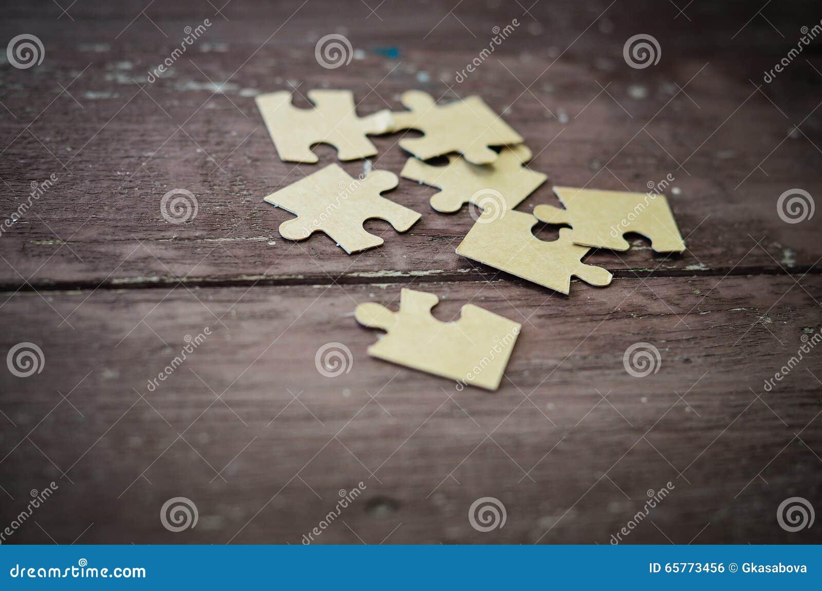 Puzzlespiel auf hölzernem Hintergrund