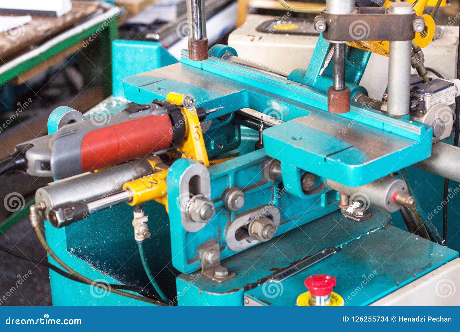 PVC窗口的生产,做的孔在PVC窗口的塑料外形,钻子一个机器