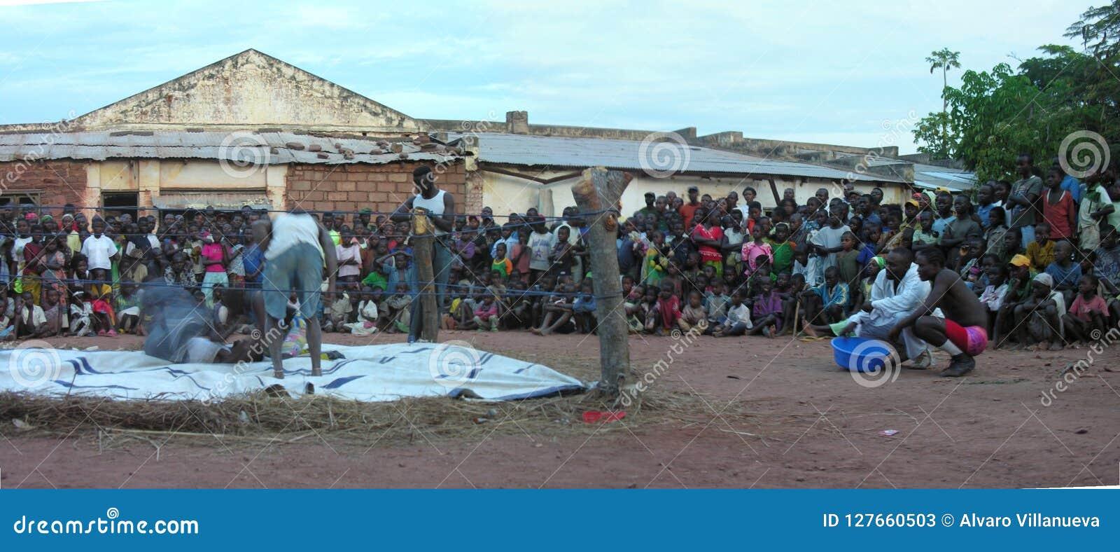 Pweto, Katanga, Demokratyczna republika Kongo, May 20th 2006: Zapaśnicy walczy przed tłumem