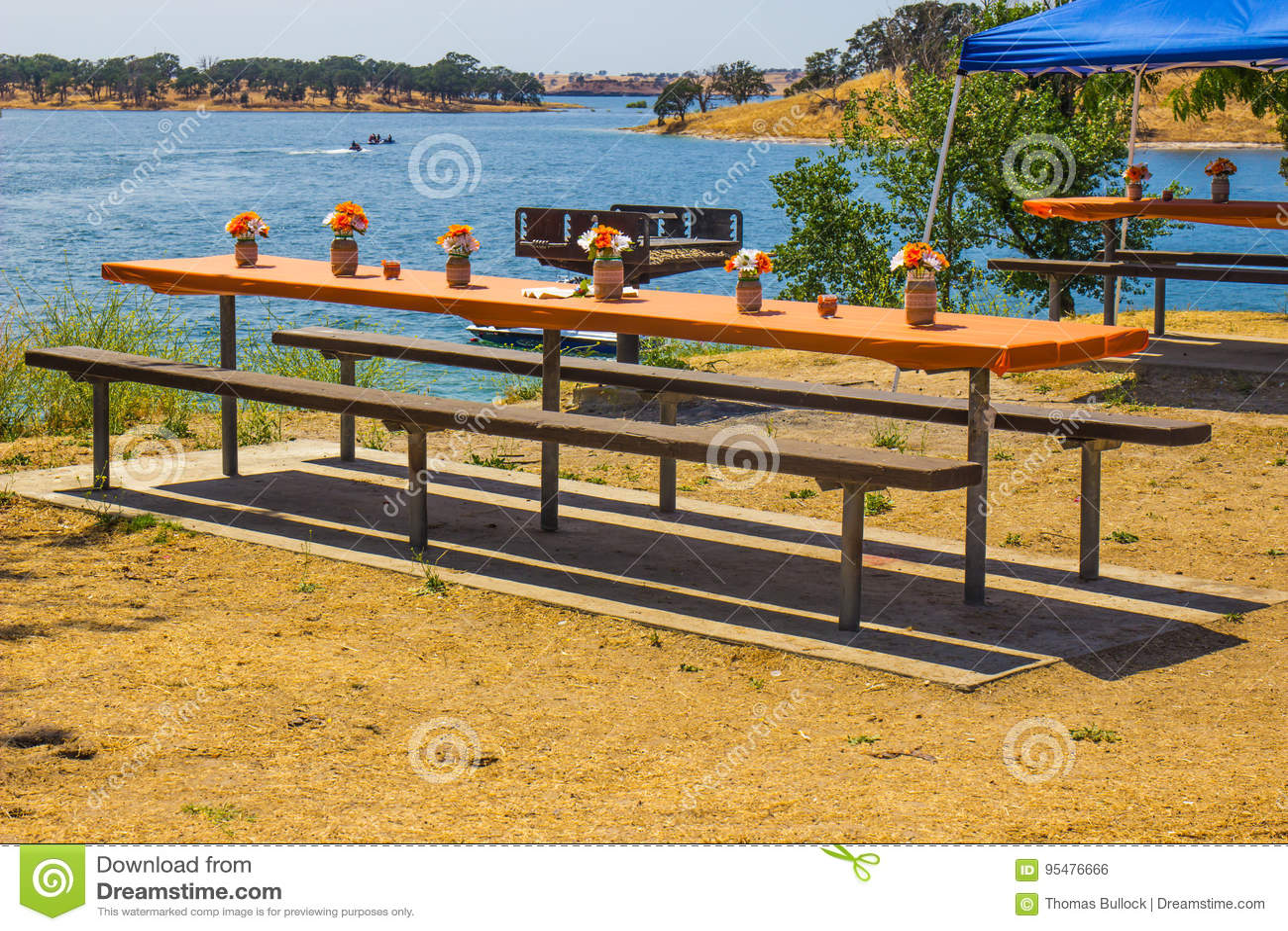 Pykniczni stoły stroną jezioro