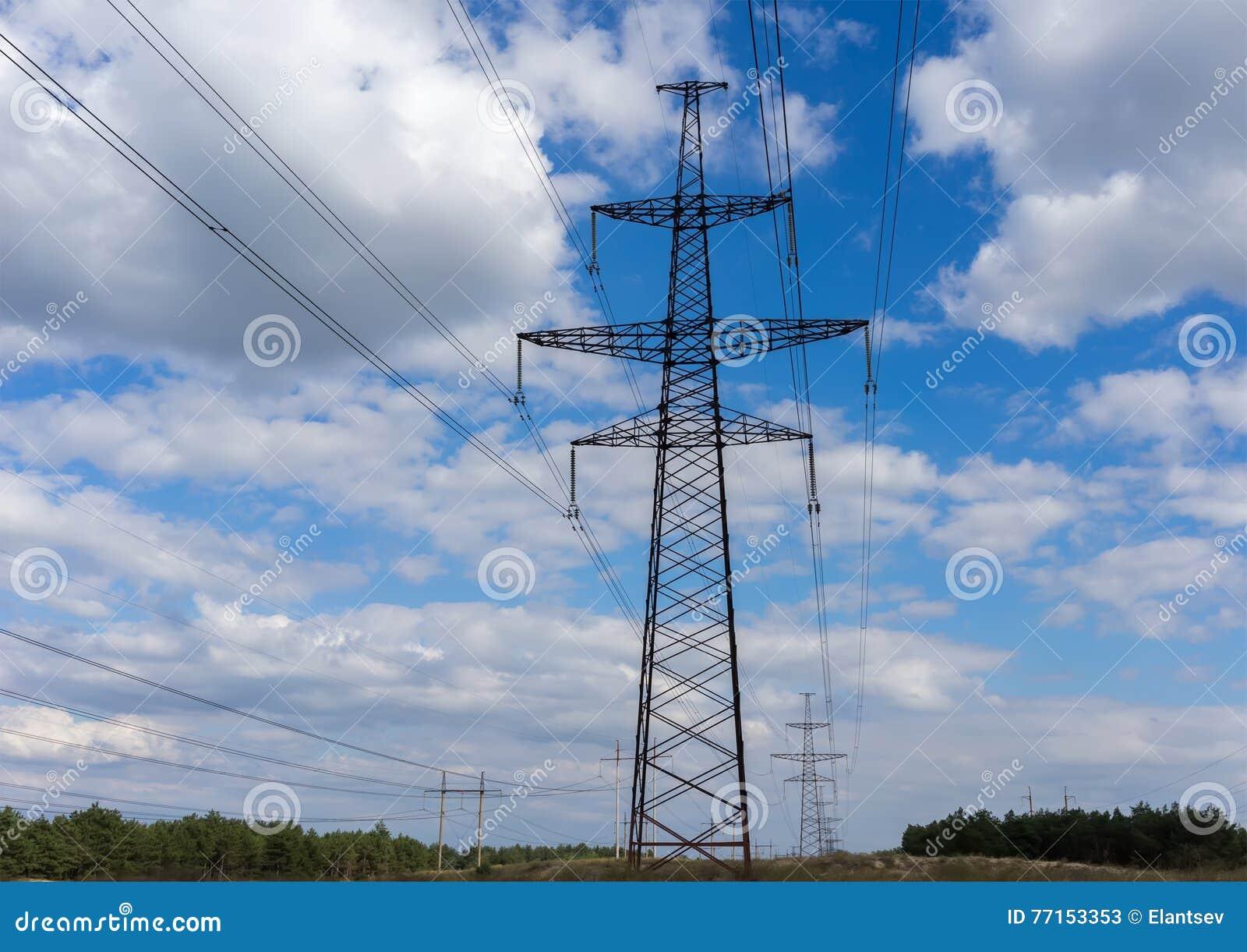 Pylône de l électricité sur le fond de ciel bleu