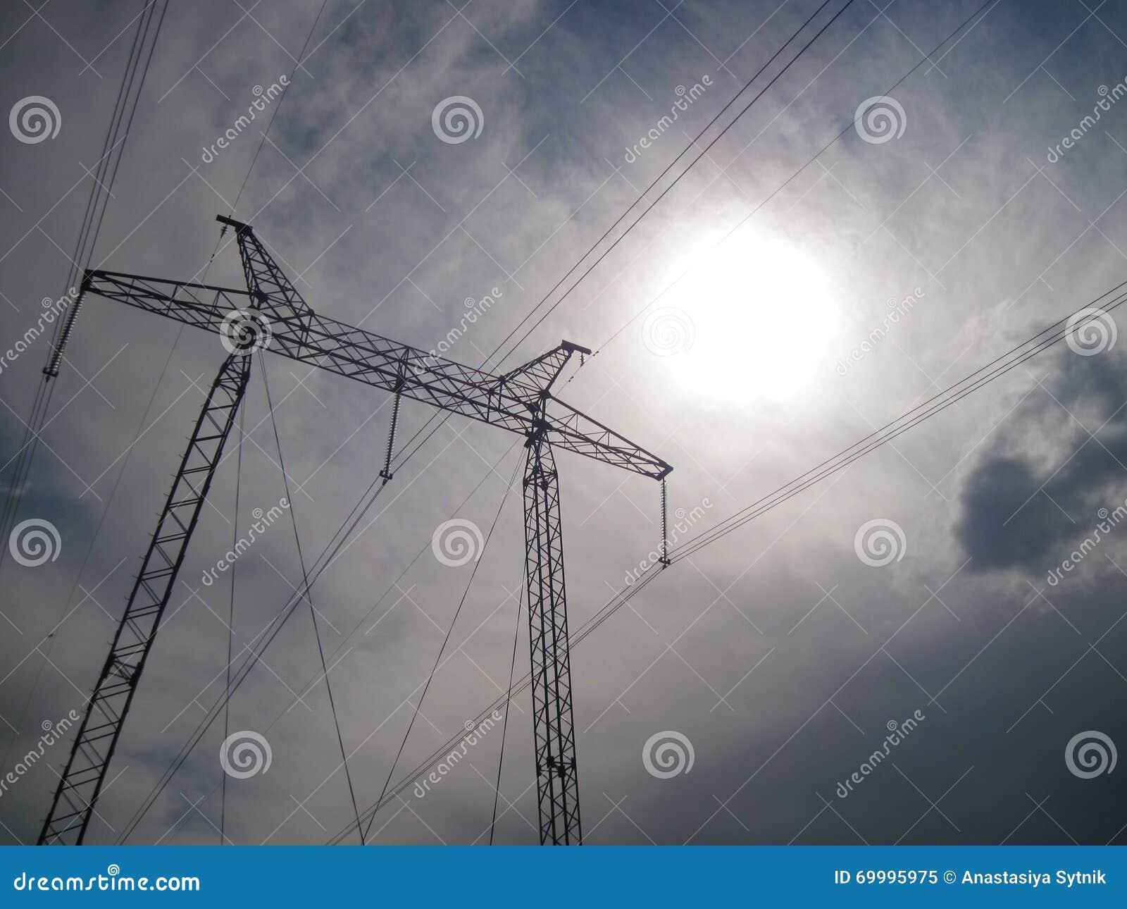 Pylône de transmission de l électricité silhouetté contre le ciel bleu au crépuscule