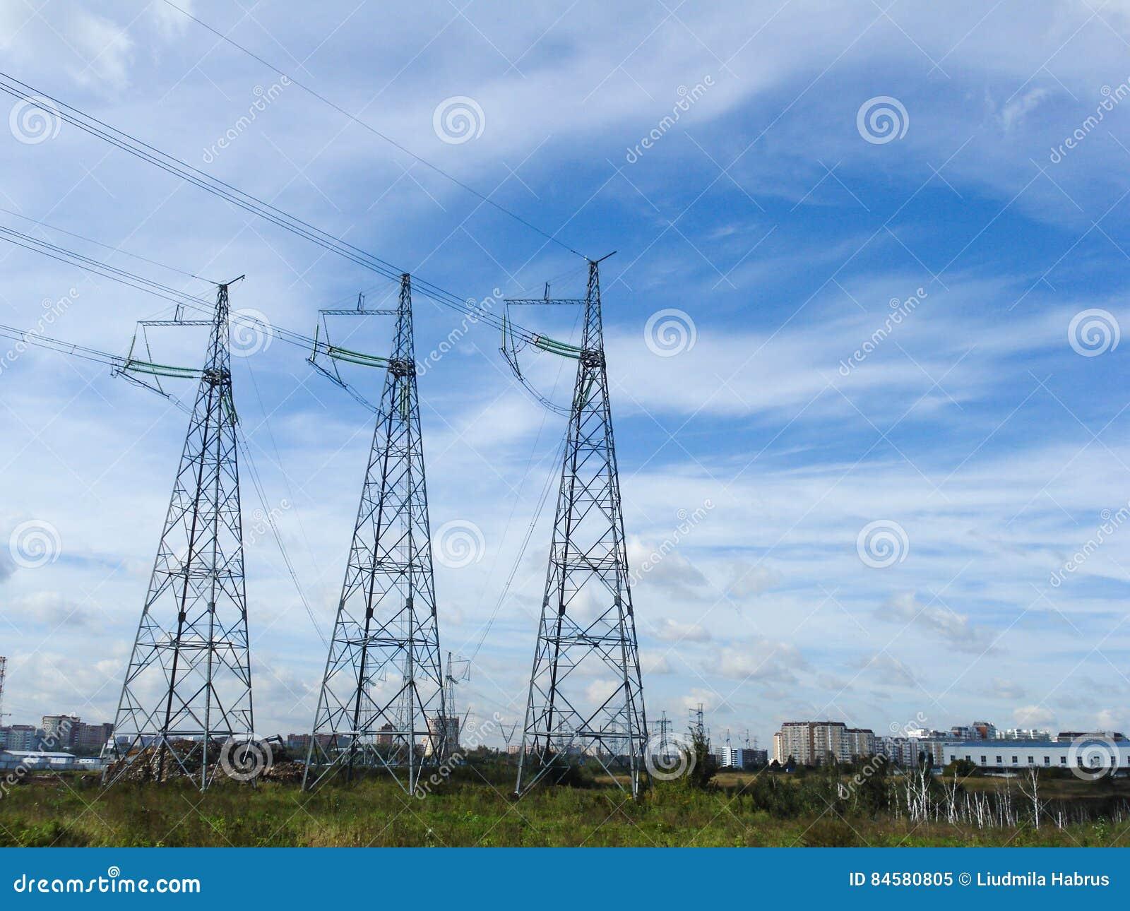 Pylônes électriques de réseaux dans le domaine sur un fond