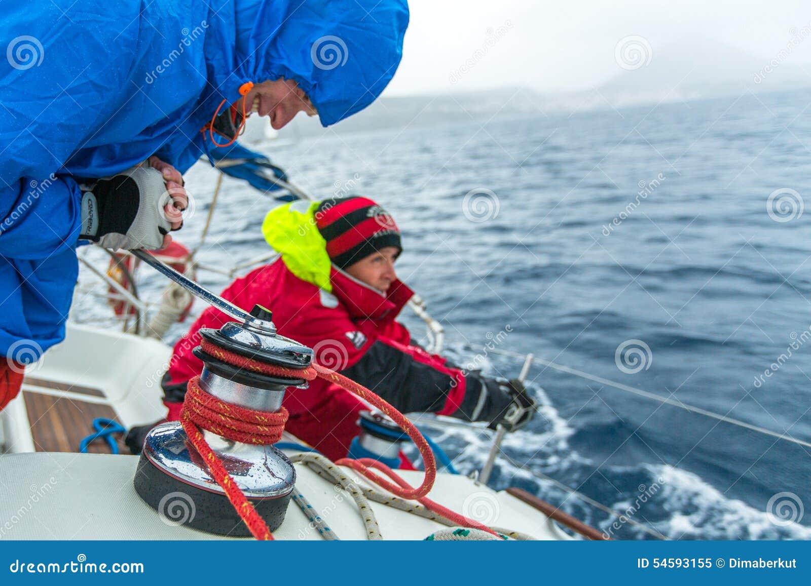 PYLOS, GRÈCE - les marins participent à la régate de navigation