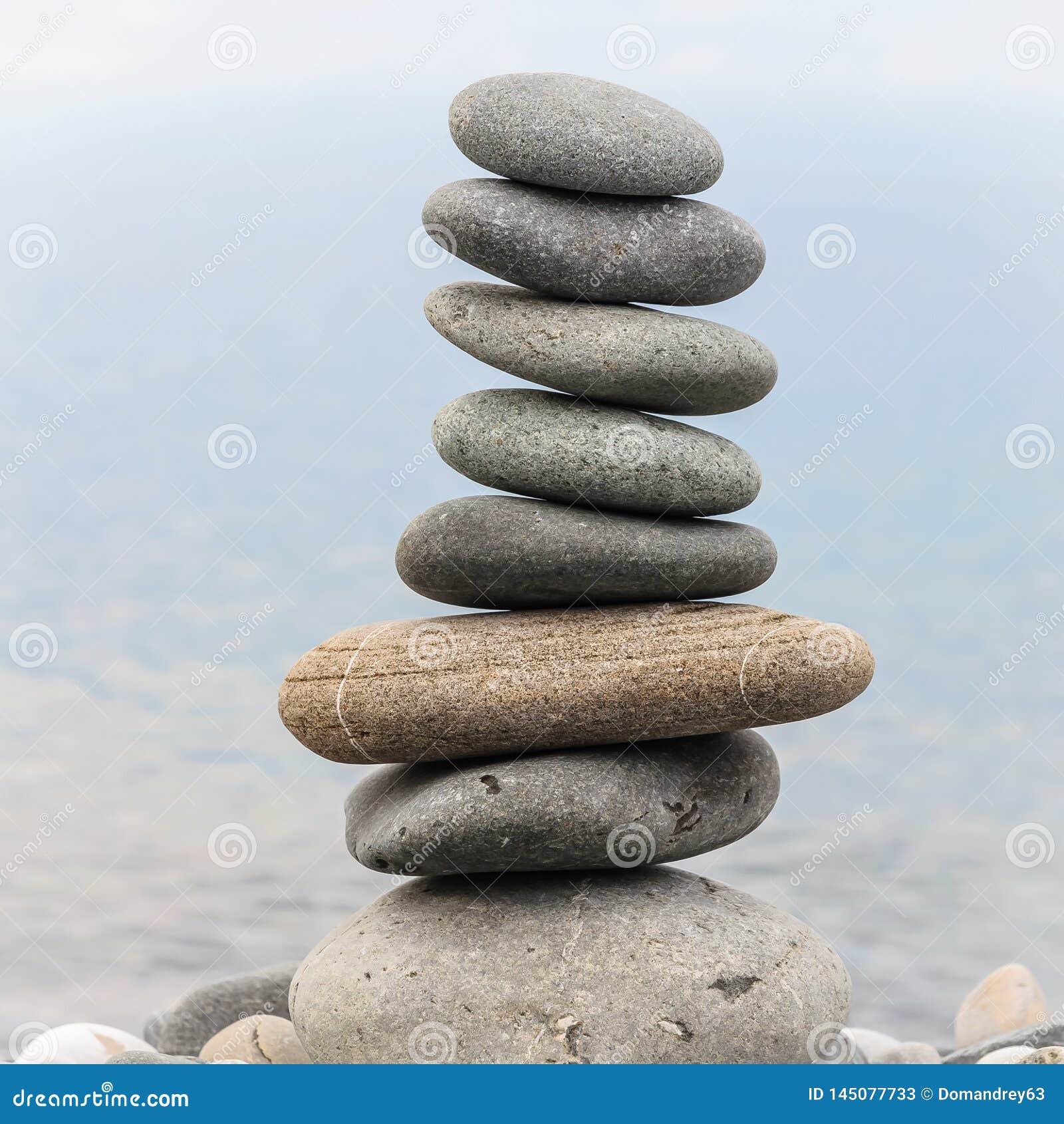 Pyramid av havsstenar p? kiselstenar av havskusten seascape Begreppet av j?mvikt och andlighet