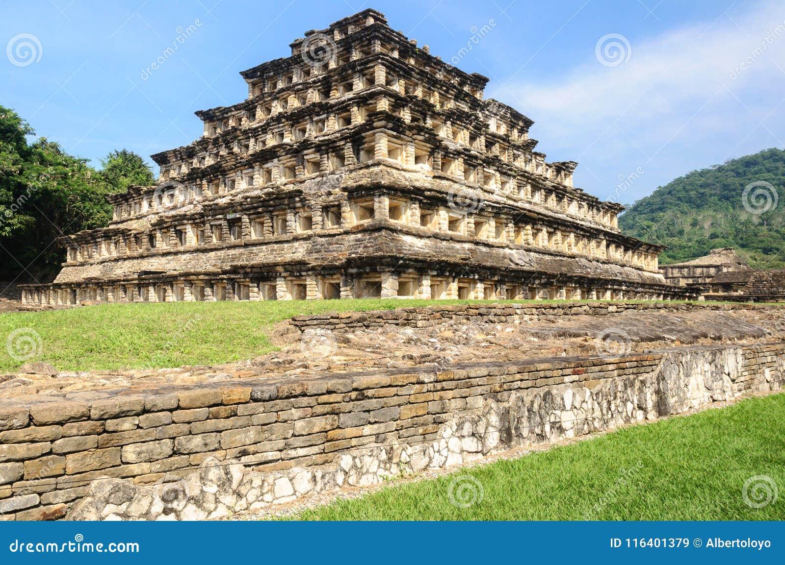 Pyramid av nischerna i den arkeologiska platsen för El Tajin, Mexico