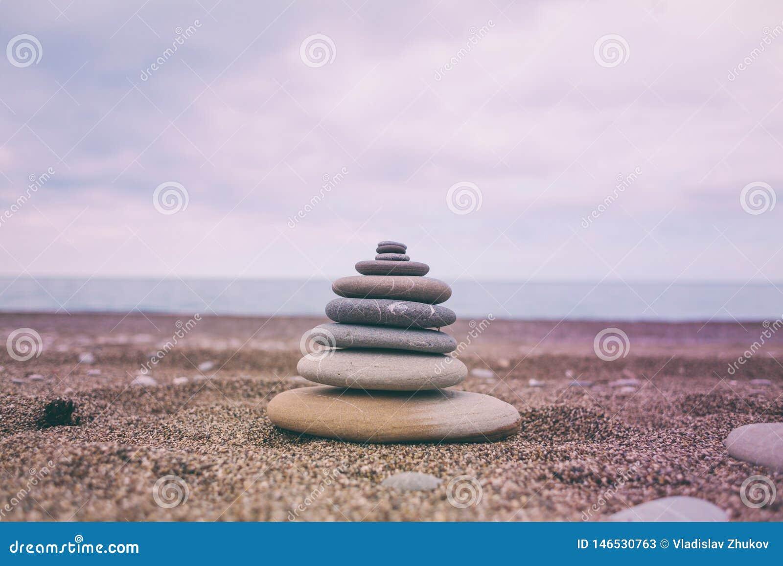 Pyramid av plana stenar i solnedg?ngljuset