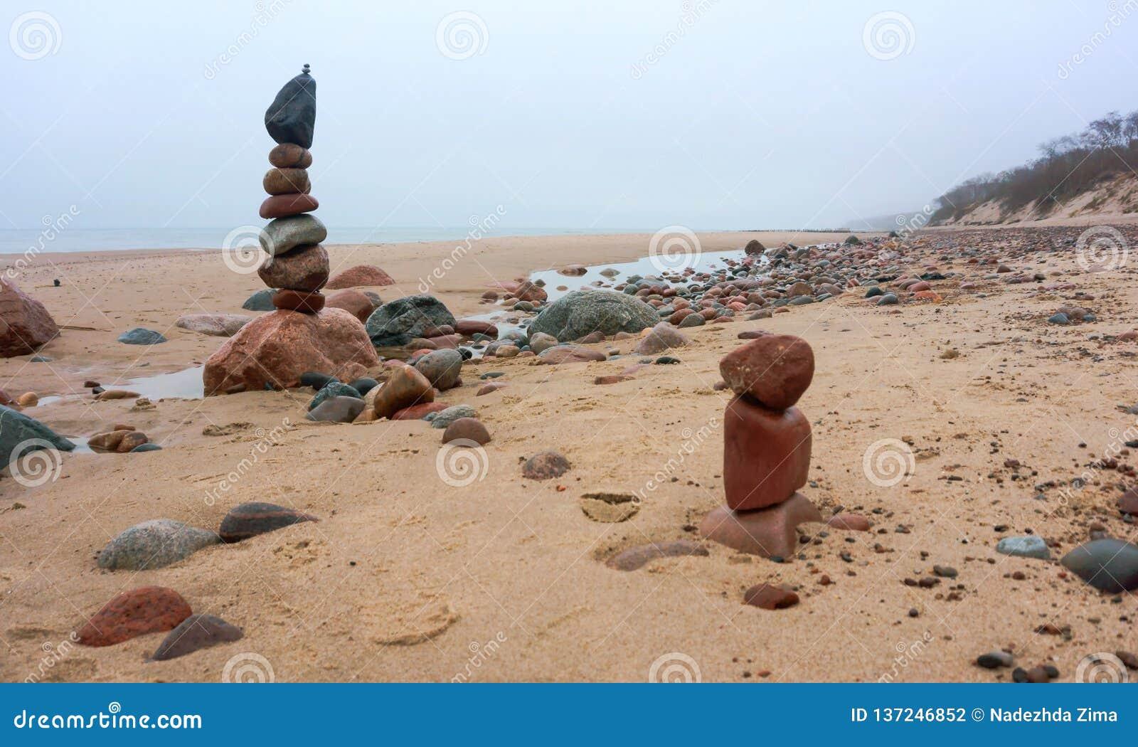 Pyramid av stenar, stenig strand