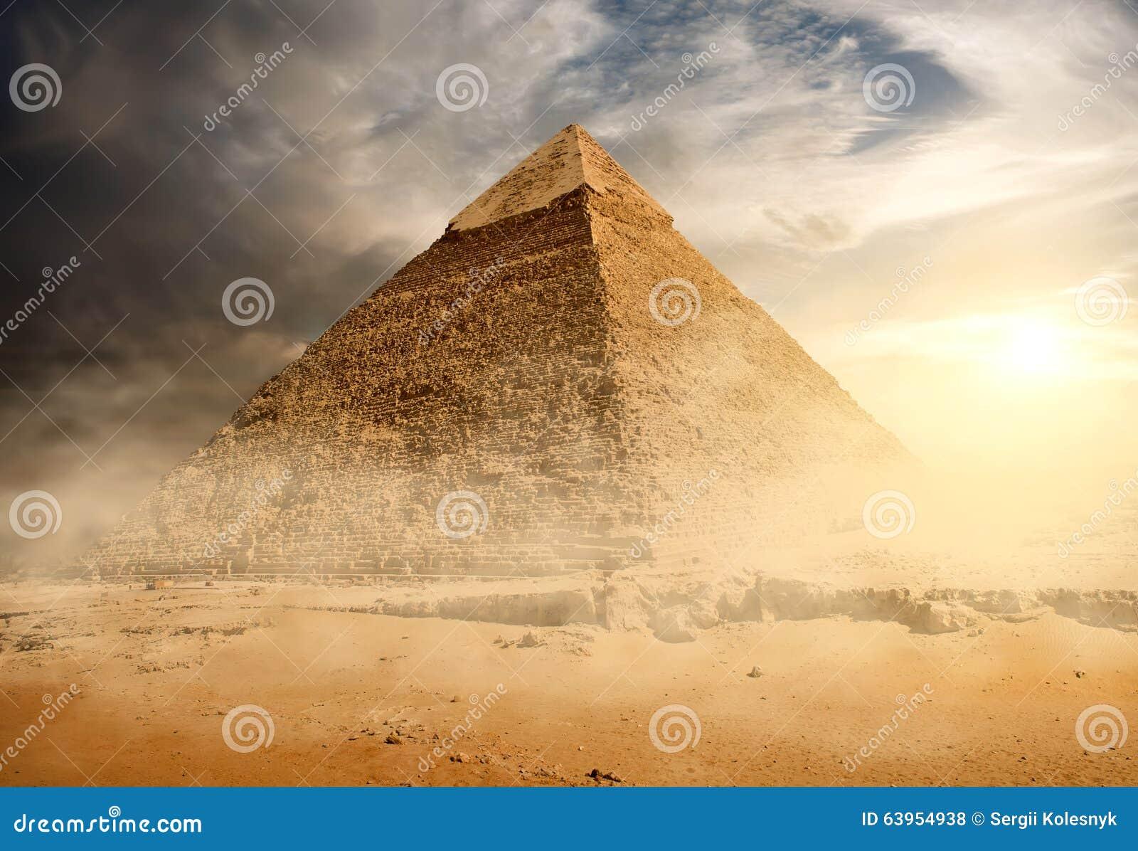 Pyramid i sanddamm