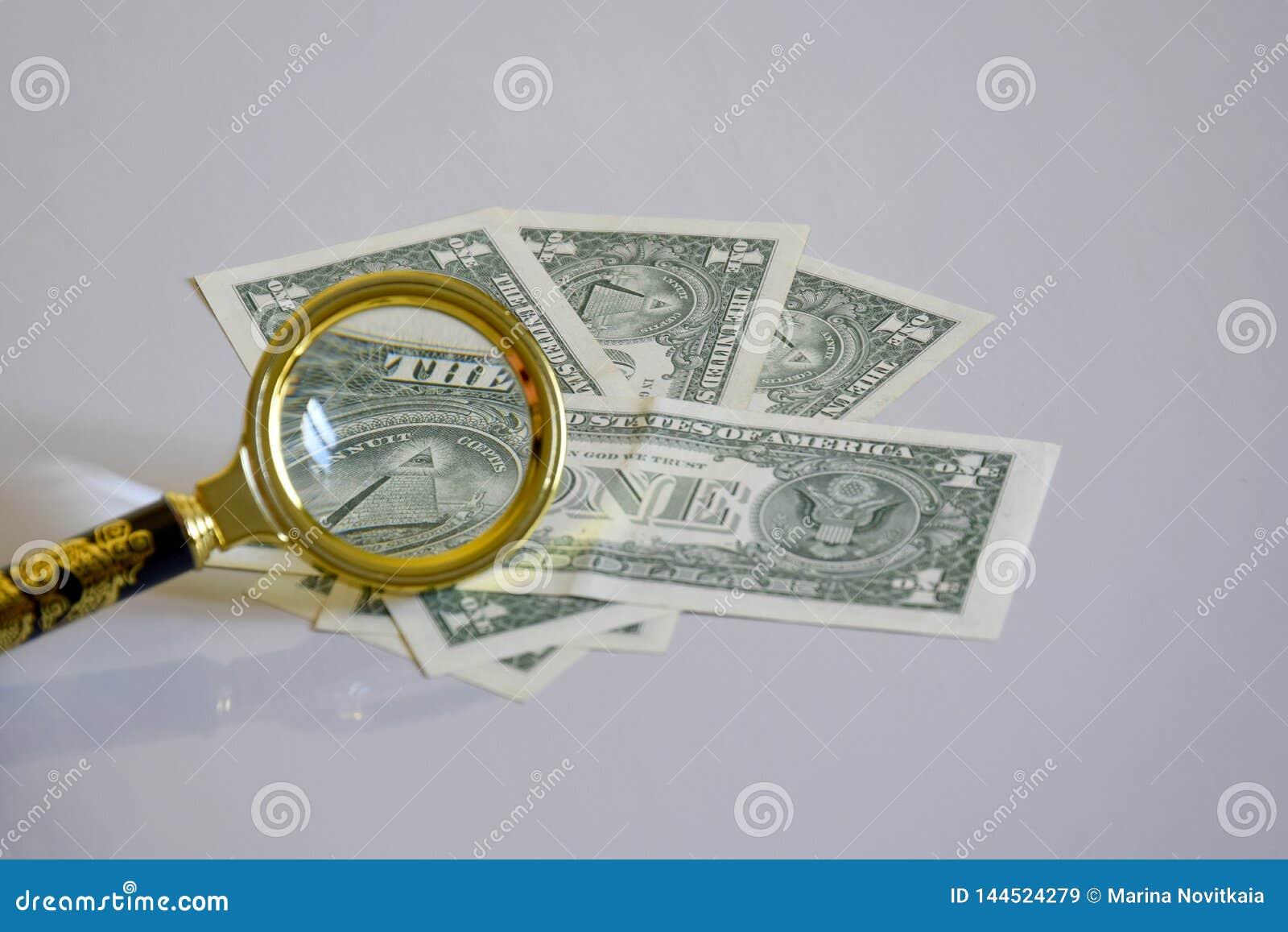 Pyramide de billet de banque d un-dollar à l intérieur d une loupe