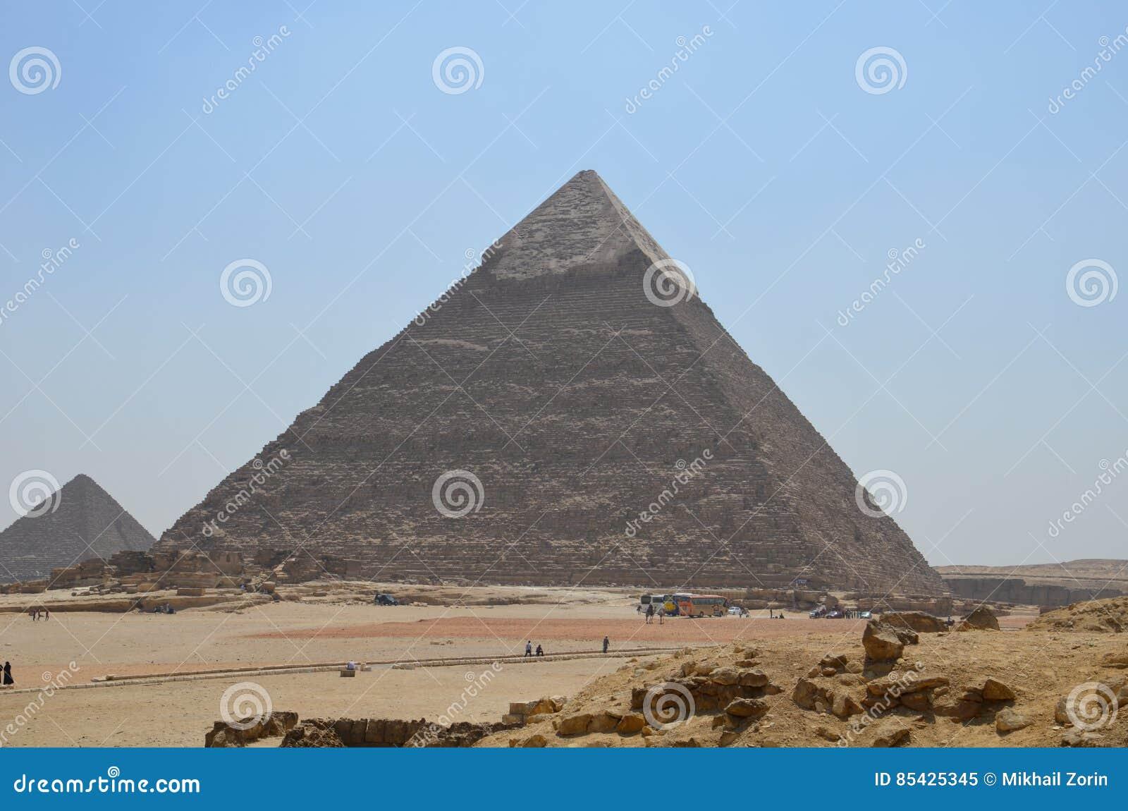 Pyramide im Sandstaub unter grauen Wolken