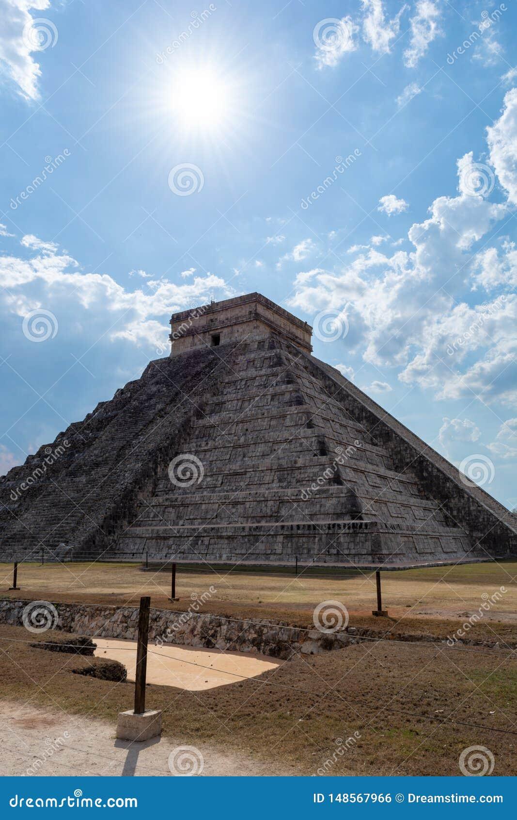 Pyramide maya de Kukulcan El Castillo dans Chichen Itza