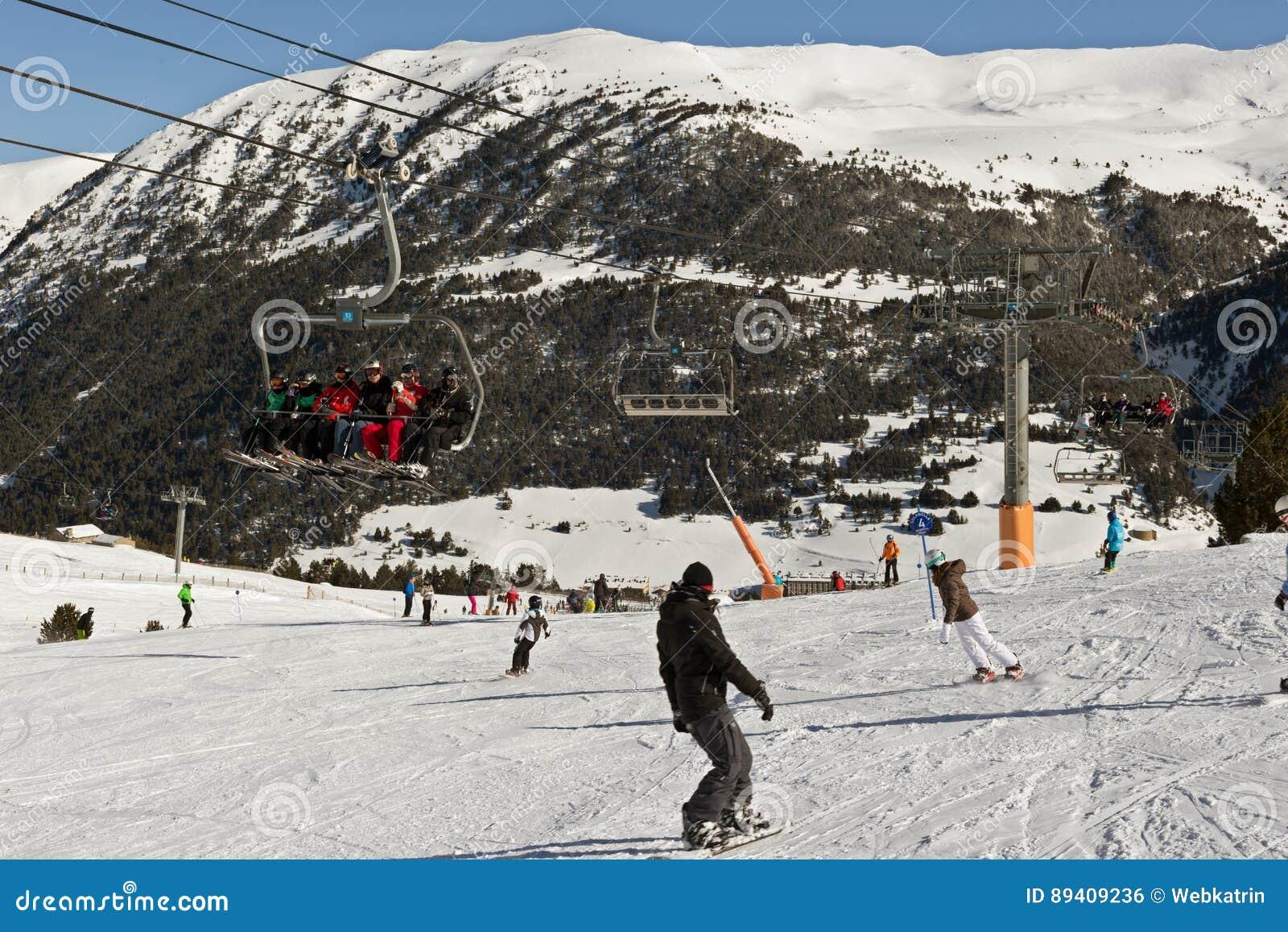 PYRENEES, ANDORRA - 9 DE FEVEREIRO DE 2017: Esquiadores desconhecidos em um alpin