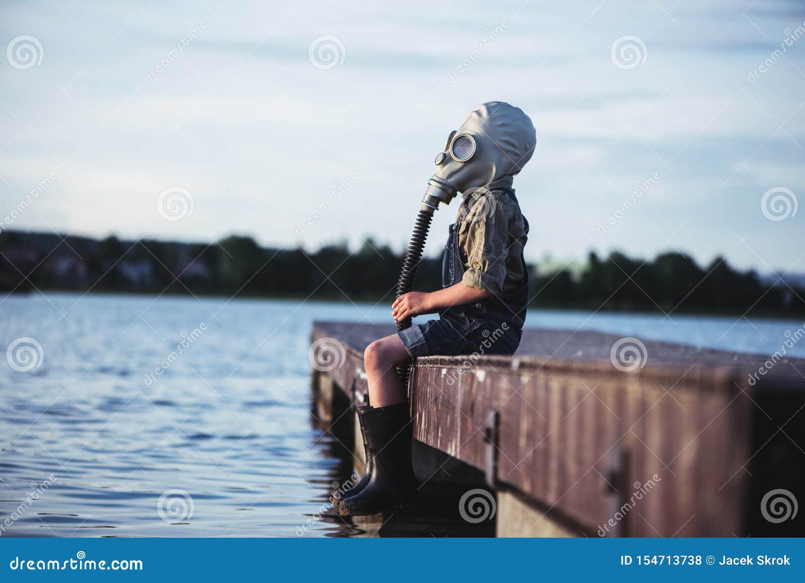 Pys över vattnet i en gasmask