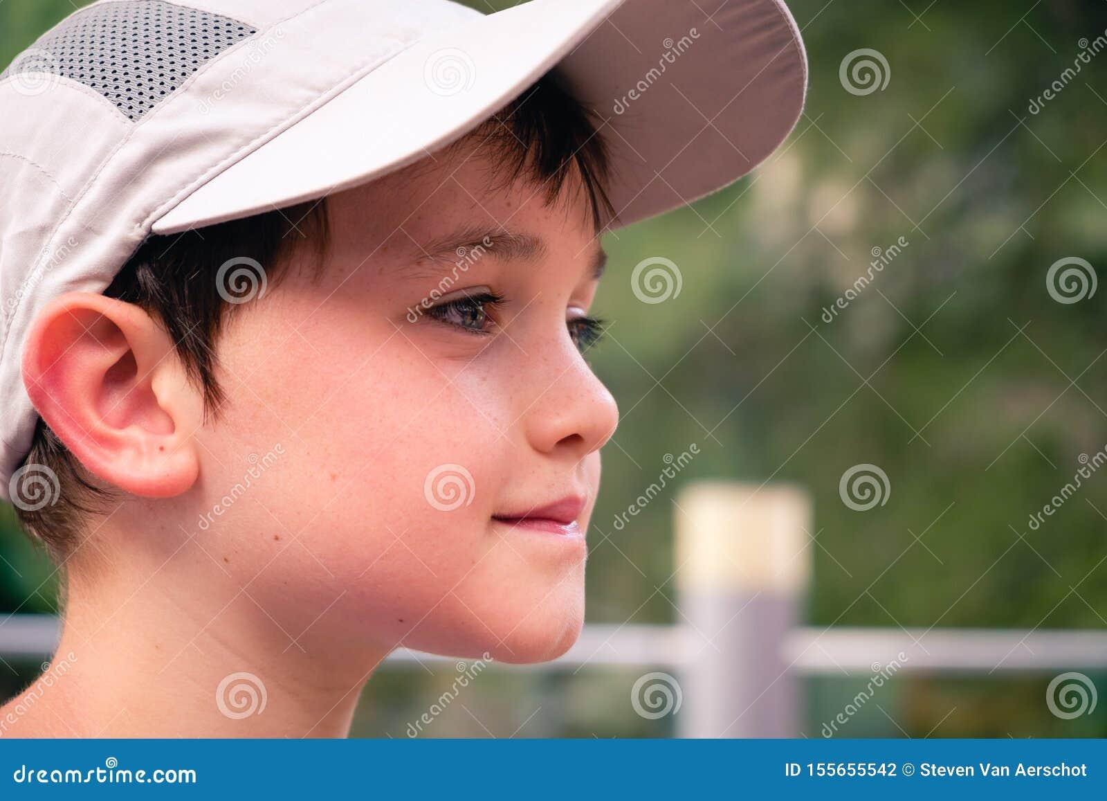 Pys med den gråa baseballhatten