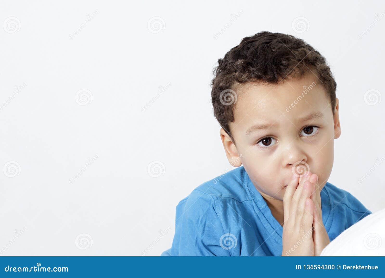 Pys med händer som ber tillsammans