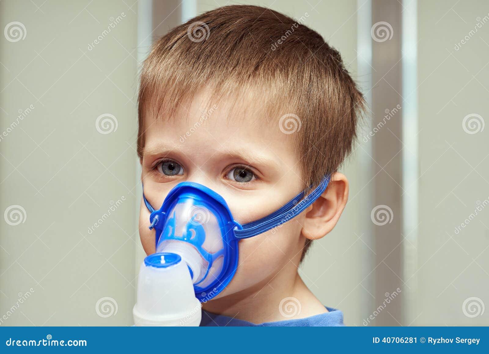 Pys som använder en inhalator