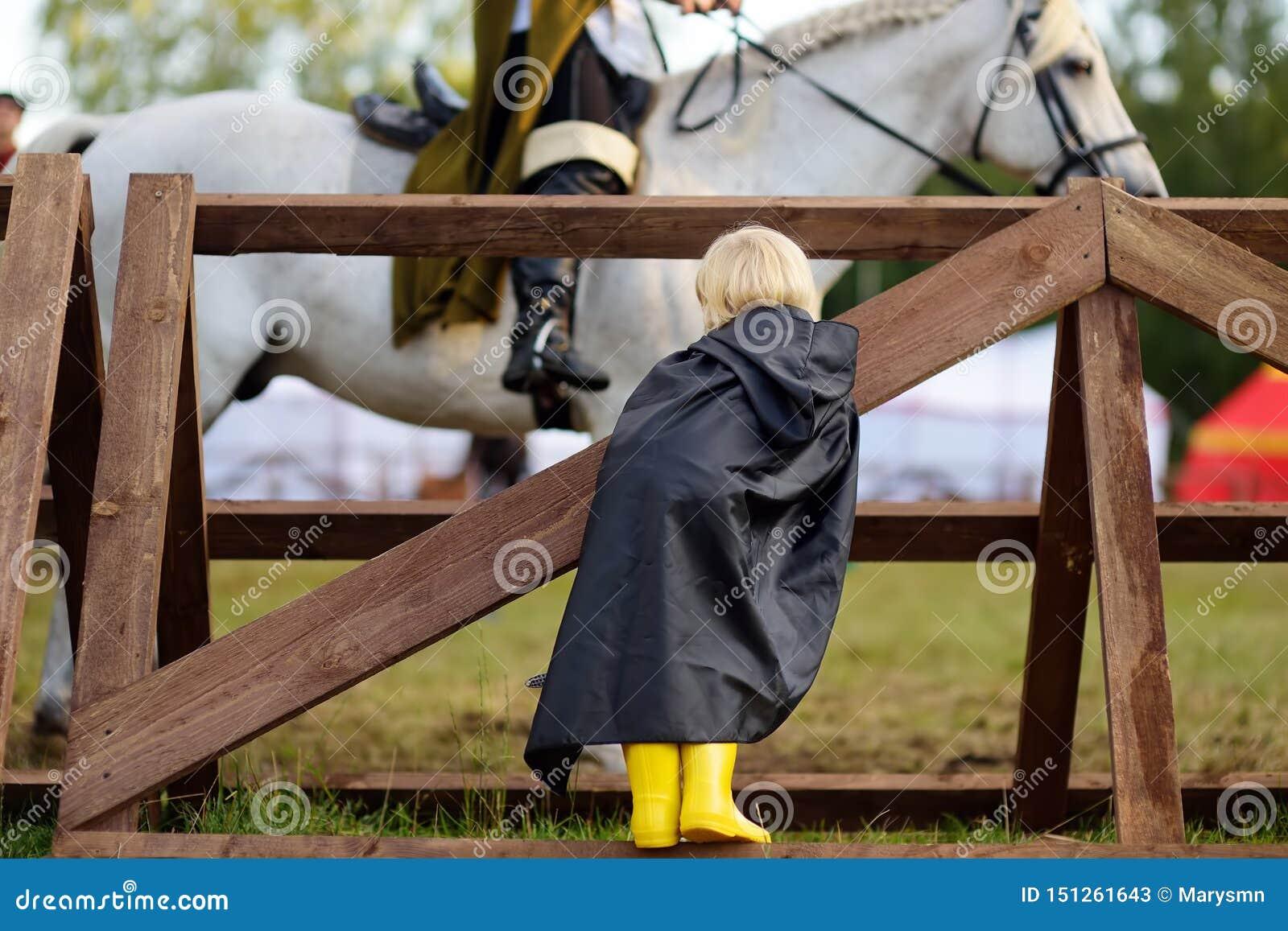 Pys som ser på medeltida riddareridninghäst