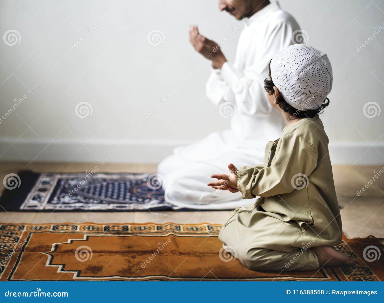Pys som tillsammans med ber hans fader under Ramadan