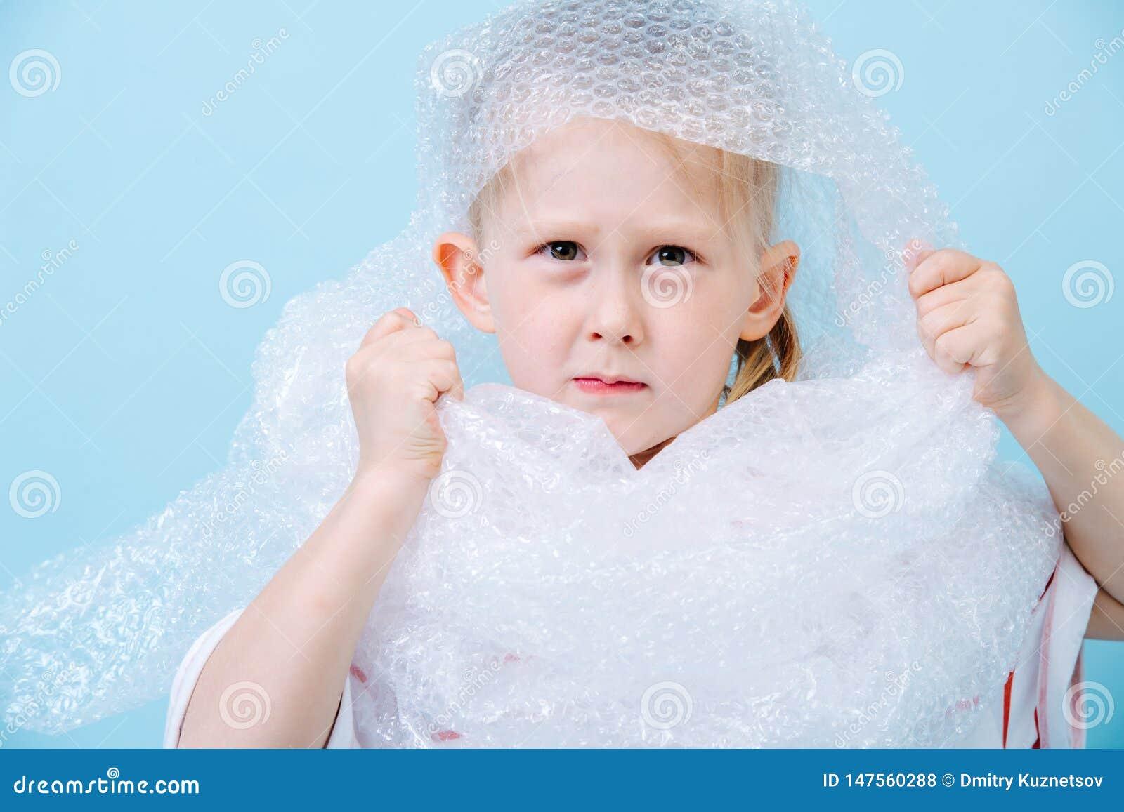 Pysen är den iklädda bubblade sjalen i protest av den förlorade krisen