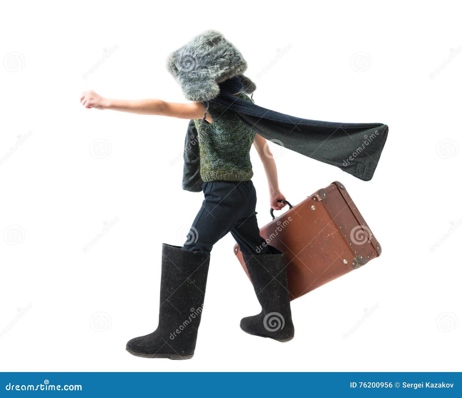 Pysen i en pälshatt och filt startar purposefully rörande framåtriktat med den framkallande halsduken och rymmer den gamla resväs